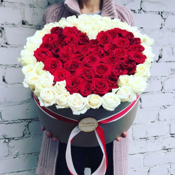 Сердце из красных и белых роз в коробке