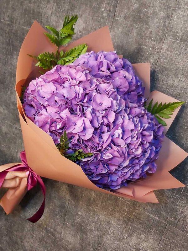 Фиолетовые гортензии в букете