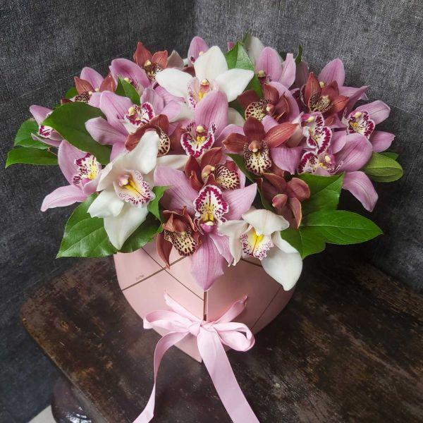 Букет с орхидеями в виде сердца