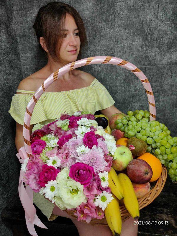 Большая корзина цветов и фруктов