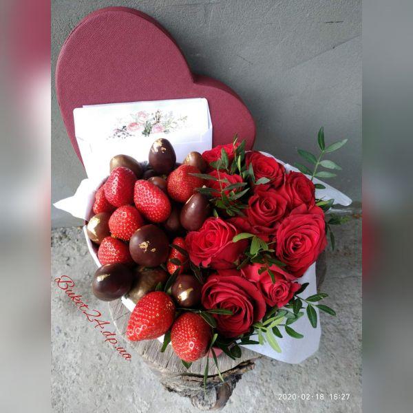 "Клубника в шоколаде с розами ""Сердце"""