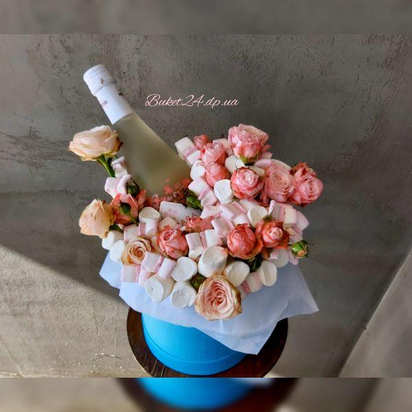 Букет из конфет с вином в шляпной коробке