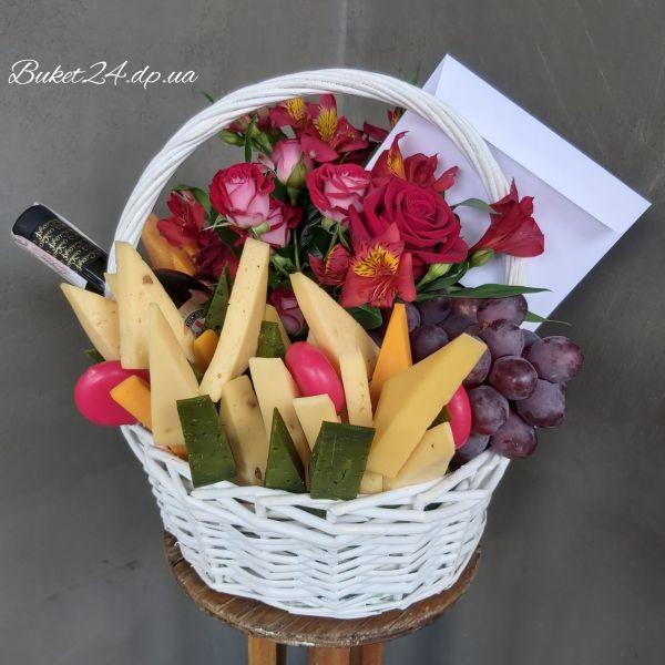 Корзина с вином, сыром и цветами
