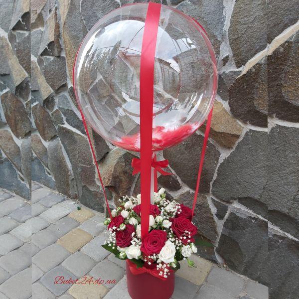 Розы в шляпной коробке с шаром баблс