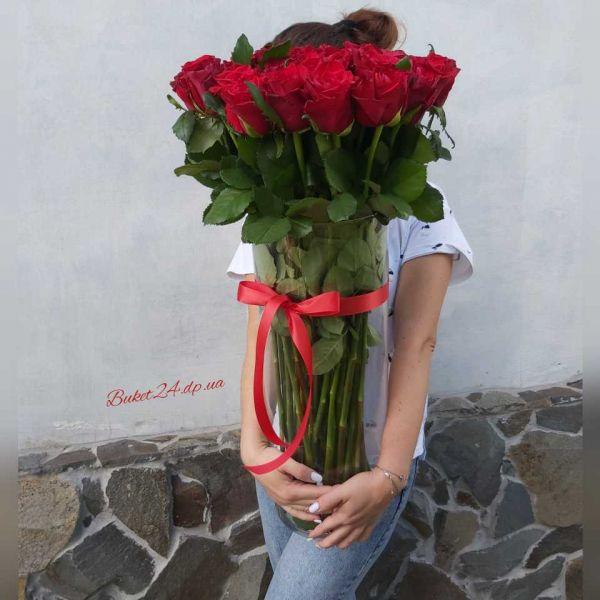 51 роза в вазе