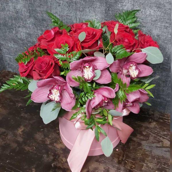 Композиция с орхидеями и красными розами