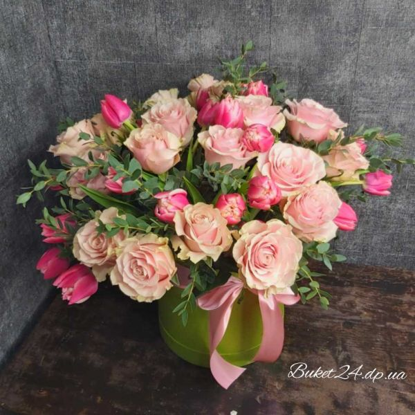Розы с тюльпанами в шляпной коробке