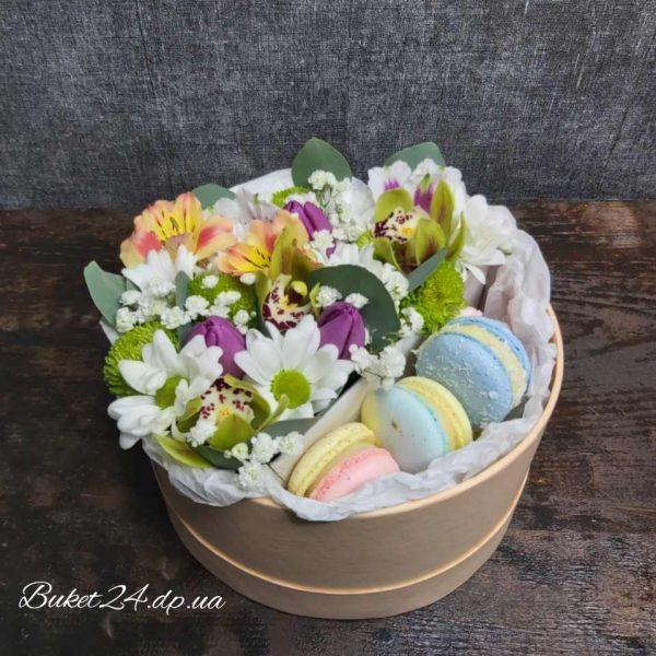 Цветы с макарунами и шаром  Bablles