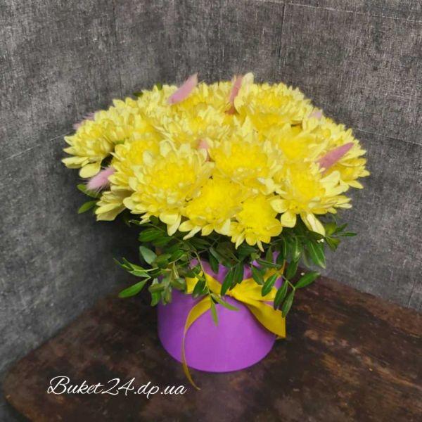 Жёлтые хризантемы в шляпной коробке