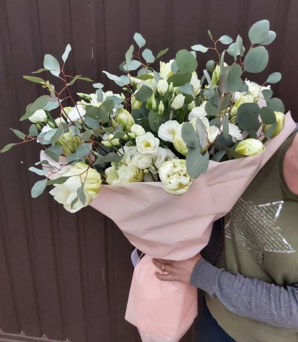 Букет из белых тюльпанов с эвкалиптом