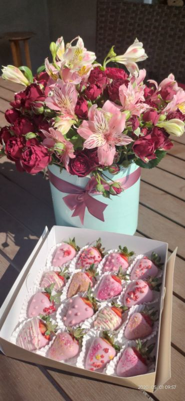 Цветы с клубникой в шоколаде