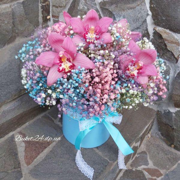 Гипсофила с орхидеями в шляпной коробке